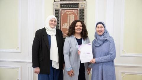 Zeynep Elibol, Studentin Feyza Cesur und Carla Amina Baghajati präsentieren die Deklaration am Dienstag.